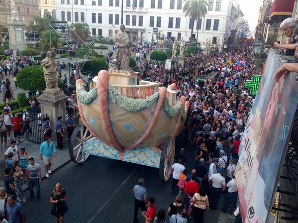 @FestinoSRosalia Il Cassaro inizia a riempirsi di palermitani e di turisti. @LeolucaOrlando1 @f_giambrone http://t.co/UvYioOsEJY