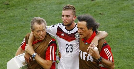 Christoph Kramer to Nicola Rizzoli: Referee, is this the World Cup final?