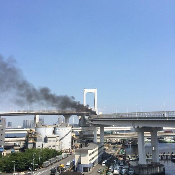 レインボーブリッジで事故発生!  →13時45分頃、大きな爆発音とともに、激しい黒煙が上がりはじめた。その後、時折、小さな爆発音が聞こえる。自動車が大破している模様。 pic.twitter.com/q8rs0bXnRN