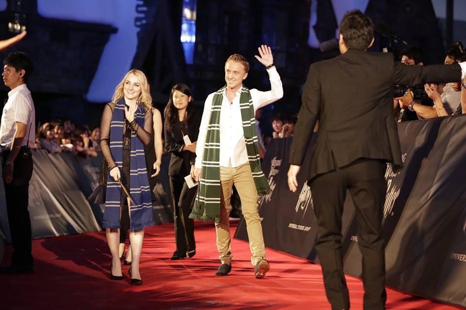 Evanna Lynch y Tom Felton celebran la gran apertura de 'The Wizarding World of Harry Potter' en Japón. http://t.co/EPCzG0uDh7