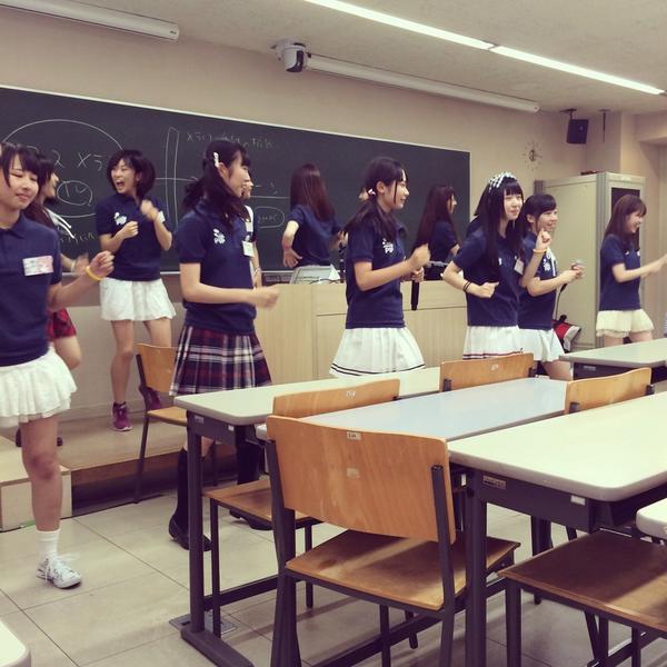 大学の授業でいきなりアイドルグループのライブ始まった… http://t.co/bvlI3FtGs9