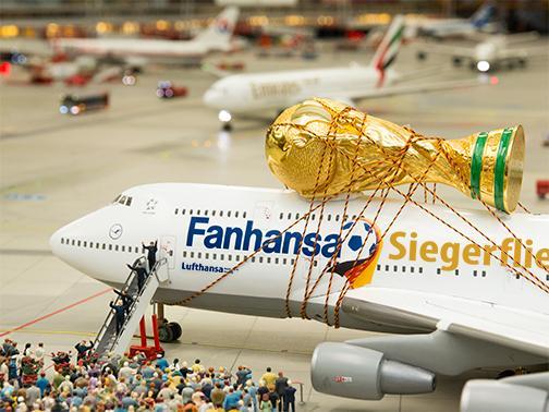RT @miwula: Das Ding ist da! #Fanhansa #BrandenburgerTor #siegerflieger #Weltmeister #Fanmeile #WM2014 #WorldCup http://t.co/yjIK3jTPIt #GER