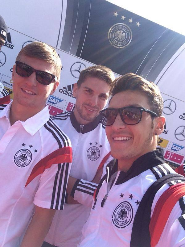 back in the country of the world champions :-) 🏆 🏆  #DFBTeam #happy http://t.co/HCG0CeQUIU