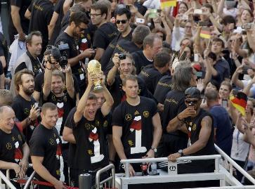 Multitudinario recibimiento en Alemania a campeones del Mundial de Fútbol
