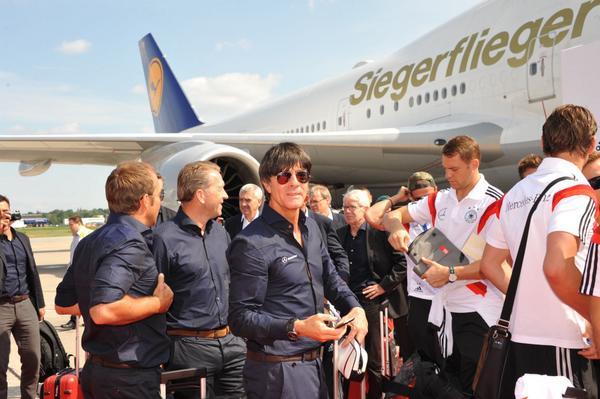 RT @lufthansa: Right: #Siegerflieger – Left: #Siegerjogi http://t.co/sNYruulwLA #WorldCup2014 #Fanhansa #Fanline #aneurerSeite @DFB_Team