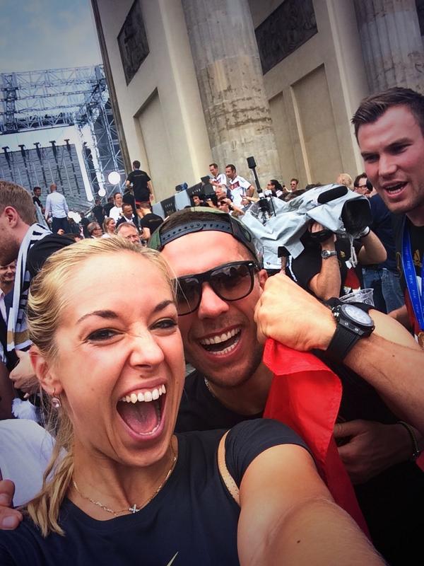 Yeeesssss!!! Da sind sie!!! @DFB_Team @Podolski10 #berlin http://t.co/jw4mjcOCTi