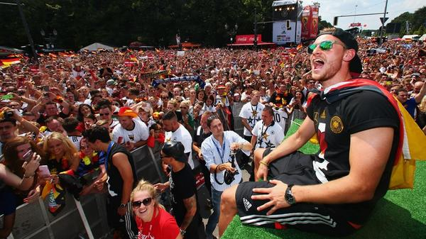 Berlin's streets turn into a sea of celebration as #GER fans welcome the #WorldCup winners - http://t.co/bnLWd55qlF http://t.co/lGt8JfjAlS