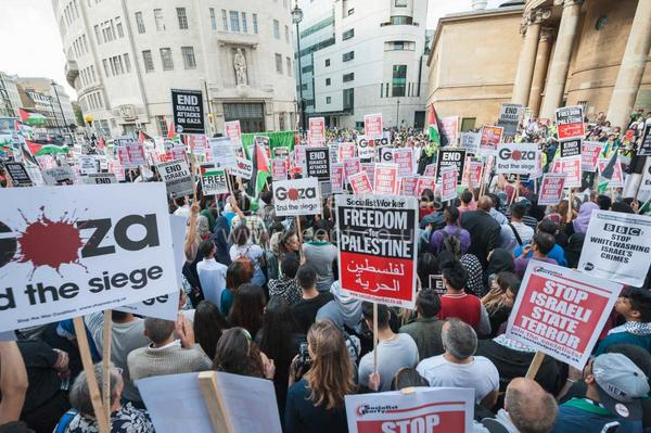 Huge crowds outside the #BBC in #London right now protesting against perceived biased #Gaza coverage. Pic v. @leept1 http://t.co/gTJbCiIlW9