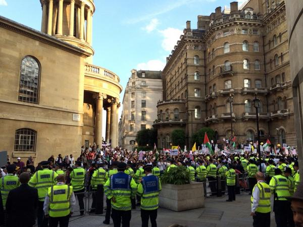 Crowds protesting outside the #BBC against its #gaza coverage http://t.co/KC6wduBFlb