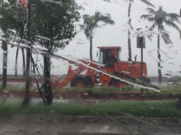 PHOTO: MMDA & DPWH Road Road Clearing Group working along Roxas Blvd http://t.co/L27xQhPIKV