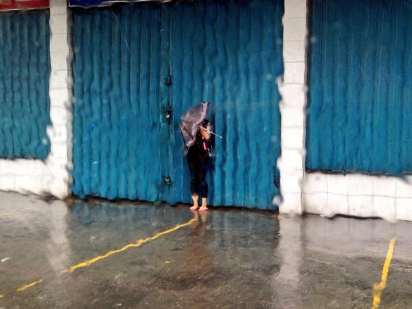 This woman can't even take a step due to strong wind. #GlendaPH @dzbb http://t.co/7MJ9Fs7N2k
