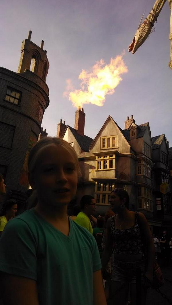 #10yoF getting singed by the dragon at Daigon Alley @UniversalORL #mkFLA http://t.co/Sx7nGX5xsZ