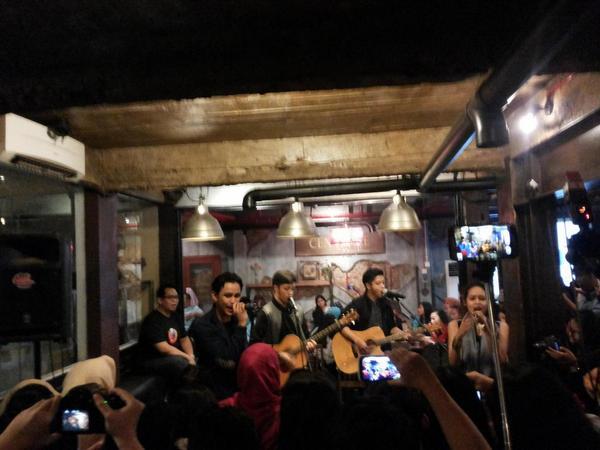 @SayHivi lagi perform nih di Sinou Kaffee . Seruu sekali . http://t.co/hqA9W9yEPd