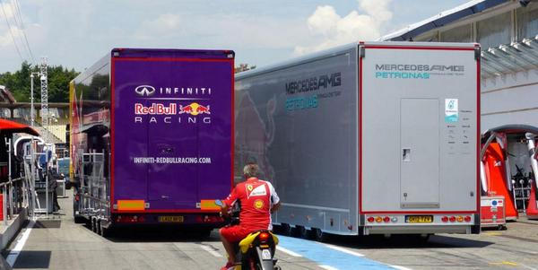 """Ooops! Is this the first """"unsafe release"""" @GermanGrandPrix? #racinghumour @redbullf1spy @MercedesAMGF1 (Pic by AMuS)"""