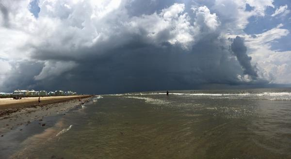 Pretty righteous little storm blowing up over #Galveston! @TxStormChasers #txwx http://t.co/qey1NEOqmQ