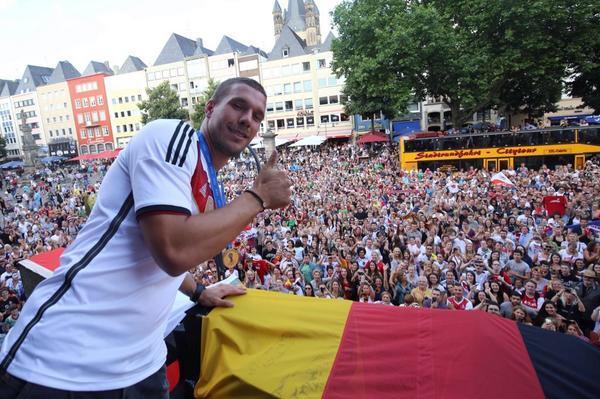 Das ist der Wahnsinn !! DANKE KÖLN! IHR SEID AUCH WELTMEISTER! Poldl #lp10 #poldi #aha #effzeh # #champions #fans http://t.co/Rd6oNQjDdF