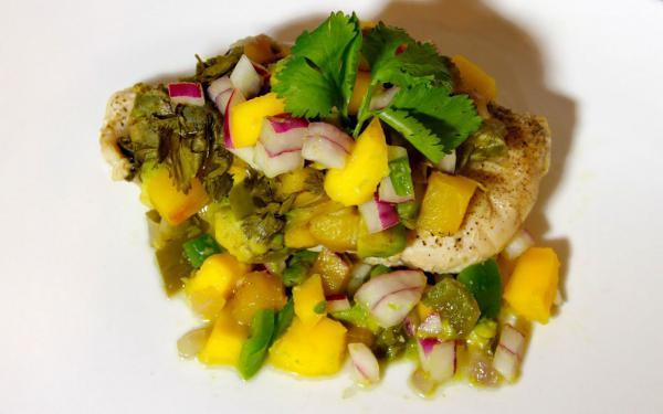Recipe of the Week: Chicken w/ mango salsa, marinated in coconut water- yes, #coconutwater. #healthyeats @zicococonut http://t.co/80BP1vf1Go