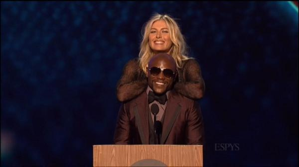 Maria Sharapova standing next to Floyd Mayweather is mind-blowing and hilarious