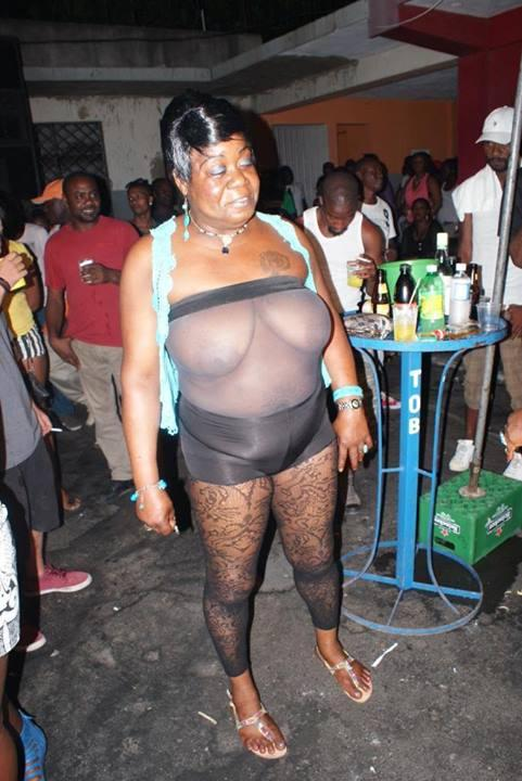 ジャマイカで強烈な女性をダンスで見る事が多いけど、こないだ行ったダンスで見たこのおばちゃんも強烈だった。 http://t.co/aTCfBYHnGm