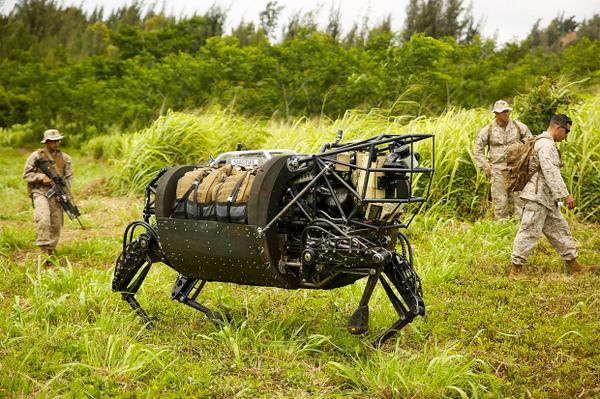 長年開発が続けられてきた4本脚の軍用ロボット「BigDog」が、ハワイで行われた実際の軍事演習に初参加した。 buff.ly/1mje27F pic.twitter.com/9pRSKfZboY
