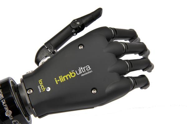 i-limb ultra revolution。アメリカに拠点を置くTouch Bionicsによって発表されたインプラントの一つ。汎用性が高く損失した手に代わって靴紐などを結ぶことに対応するとのこと。携帯電話で制御できる。