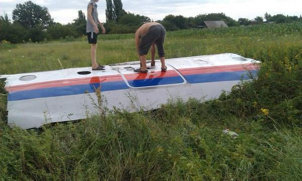 FIRST PHOTO: Eyewitness' alleged photo of debris of #MH17 Malaysian Airlines plane in #Ukraine http://t.co/cOfyUnXeky http://t.co/TbIPiH0iCh