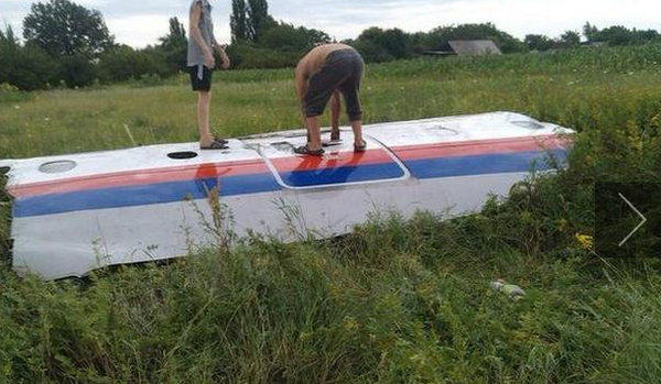 Reported photographs from Malaysia Airlines #MH17 crash: http://t.co/iOAUFgfz2E http://t.co/f8YfAAiOIo