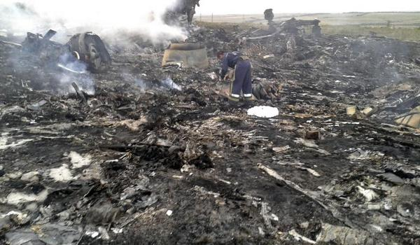 PHOTOS: Emergencies Ministry member works at the site of the #MH17 crash http://t.co/nuboltDqsy http://t.co/7SVSZg0Cin