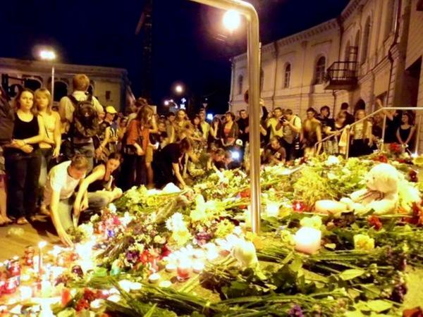 Floral tributes in memory of those on board #MH17 in #Kiev. http://t.co/5f8nDDKtuf