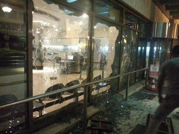 Protesters in #Istanbul #Turkey break down & invade the #Israel'i consulate. http://t.co/VESkQZmeFA