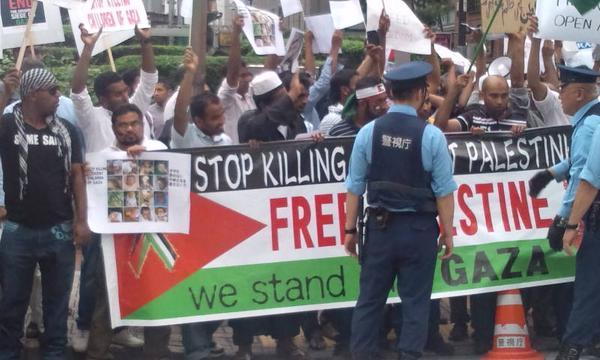 イスラエル大使館ガザ攻撃抗議⑳ 抗議継続中。ものすごい人、ものすごい怒り。 http://t.co/6bQlZxTzCd