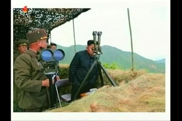 元自衛官の夫から「塹壕鏡の使い方が違う」との指摘があった写真 http://t.co/D39hdKfHWP