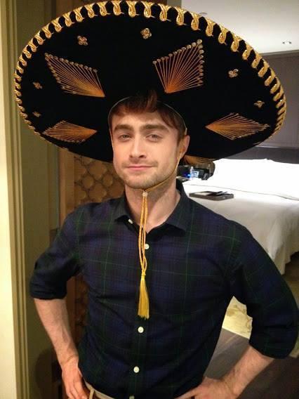 Daniel Radcliffe ayer con el regalo de una fan mexicana... http://t.co/8HwWrRxt7i