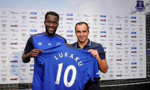 Lukaku poses with his Everton kit [via @evertonfc]