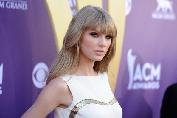 OMG! Taylor Swift got a serious make-UNDER for her upcoming movie. First look: http://t.co/hO4XFHOUr7 http://t.co/HcAPW624tY
