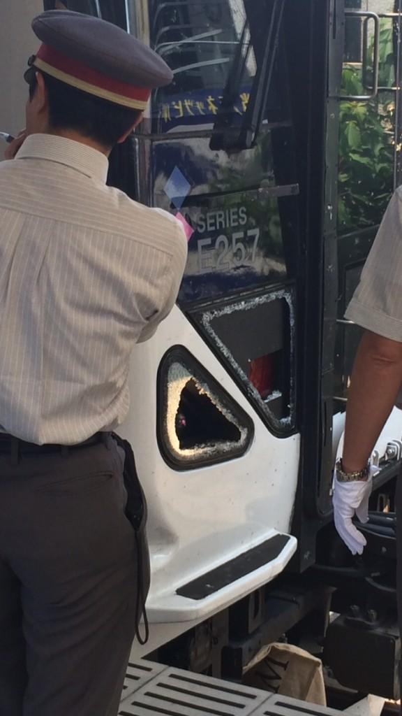かいじ104号で人身事故あったのか… http://t.co/Y9AauAFQNk RT @collontei 衝突で割れてます http://t.co/6IgadBiuKA