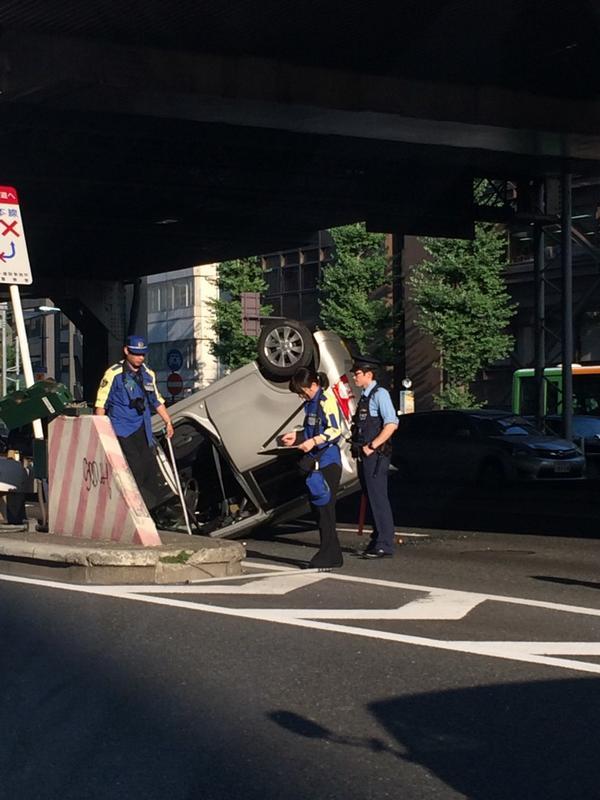 六本木通りの首都高高樹町入り口付近で、車が横転事故しとります。  上り車線の高架は通行出来ない為、渋谷から六本木までは大渋滞です。ご注意を! http://t.co/siPthsQoi3