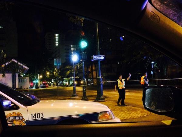 午後9時過ぎに起きた事件の現場検証のため、現在(1:30am)もウルニウストリートからカイウラニストリートの間が全面通行止めの模様。 http://t.co/GlGKmjSpWA