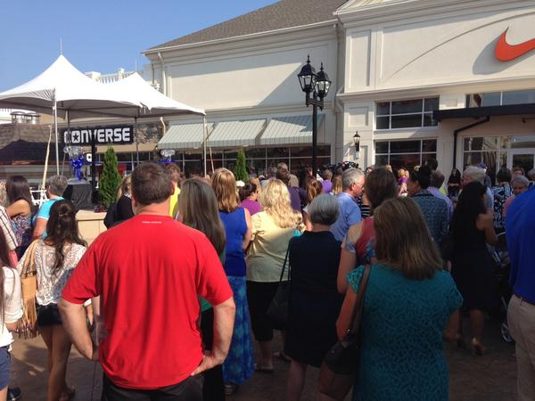 Crowds waiting for ribbon cutting and opening of stores @ Outlet Shoppes of the Bluegrass. http://t.co/1Mt1dOhOOQ