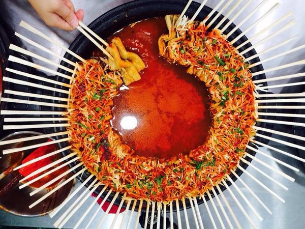 지인이 단양에서 먹은 빨간 오뎅이라는데, 비주얼이 아트 그 자체. 단양이고 제천이고 충북 지역 오뎅은 다 이런 식이라고. 먹고 시푸다. 추릅 http://t.co/3fLr1skXjz