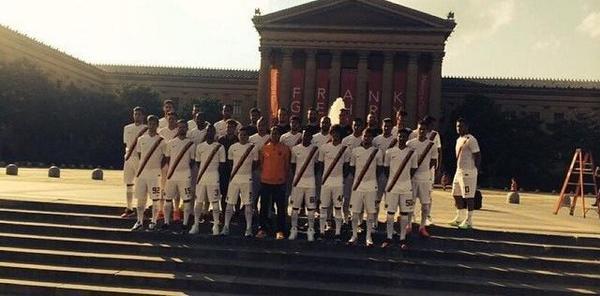 Bt8m5I3IAAADH4d Jokes! Francesco Totti pokes fun at Ashley Cole, plays the loner in latest Roma team photo