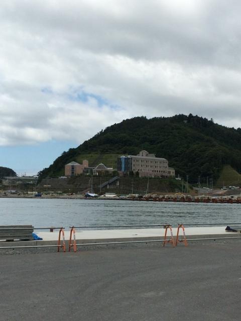 女川の魚市場から地域医療センターを望む感じ。正面の建物の一階まで津波が来たそうです。 http://t.co/dgz2PtTFM2
