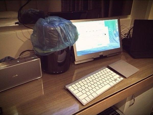"""Из твиттера: """"Что за чертовщина? Я вернулся в отель, и уборщица сделала это с моим Mac Pro!"""" http://t.co/wDvAzqZm7i"""