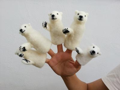 【 ワークショップのお知らせ 】  2014/830に東京、吉祥寺にして羊毛フェルトでシロクマ指人形を作ります。人気のあるワークショップなのでこの機会に是非いらしてください。http://t.co/FC8R8bA3V6 http://t.co/vOG8uQ5IXL