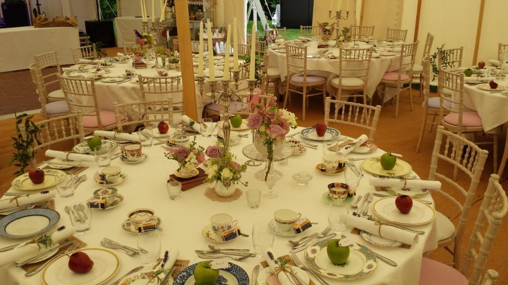 RT @wentbridgehouse: Beautiful vintage crockery, apple placecards, completely relaxed atmosphere. Ready for guests... #wentbridgehouse #1D …