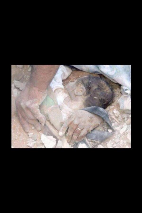 احتضنته أمه حفاظا عليه من العدو لكن شاء القدر أن يموتوا معا بقصف وحشي  اللهم عليك بالصهاينة المغتصبين http://t.co/APlbYCfVys