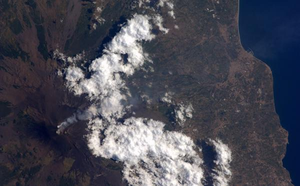 Mt. Etna blowing smoke over Giarre. This one's for @astro_luca http://t.co/SRAEIHEtmu
