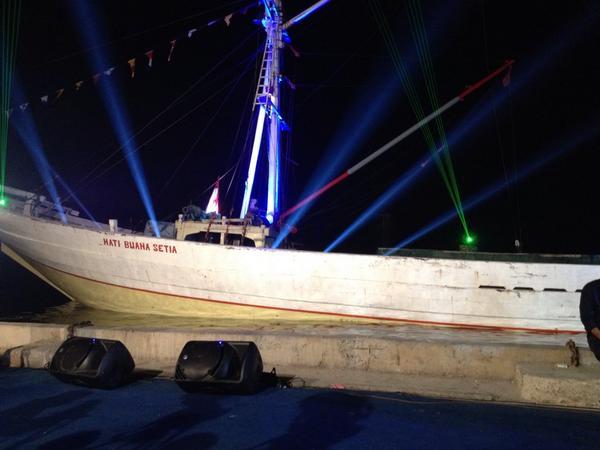 Kapal tempat Jokowi JK akan pidato nanti di pelabuhan Sunda Kelapa. http://t.co/S2gmUGa6NL