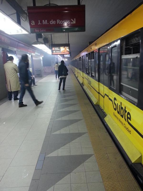 Puro humo en formación detenida subte linea B estacion Alem. http://t.co/pFewIjYyBr