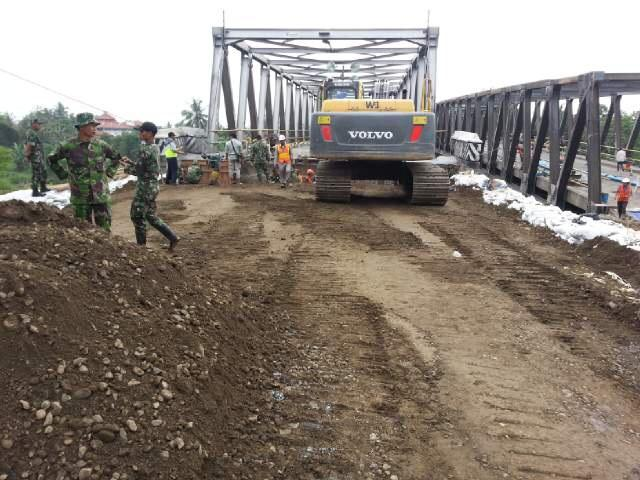 Foto pekerjaan perbaikan jembatan comal pemalang